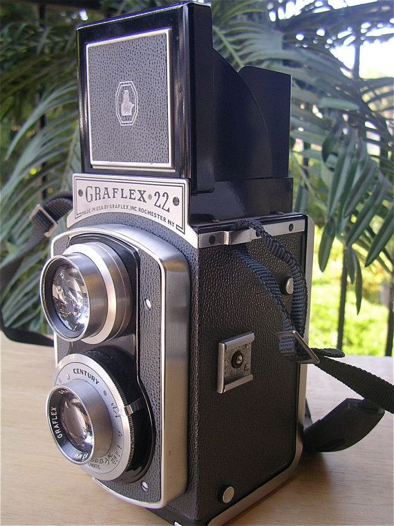 Camera Graflex 22 TLR Vintage 50s. I'm intrigued by this type of camera. May need to get.