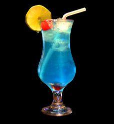 Lagoa Azul / Ingredientes: - 25 ml Vodca; -25 ml Suco de limão; - 50 ml Curaçau blue; -1 Lata de soda limonada; -4 Unidade Pedras de gelo. / Modo de fazer: Em uma coqueteleira, coloque a vodca, o suco de limão, o curaçau e o gelo. Misture bem. Em uma taça de sua preferência, coloque mais algumas pedras de gelo e adicione a mistura. Depois complete o copo com a soda limonada. Decore como preferir.