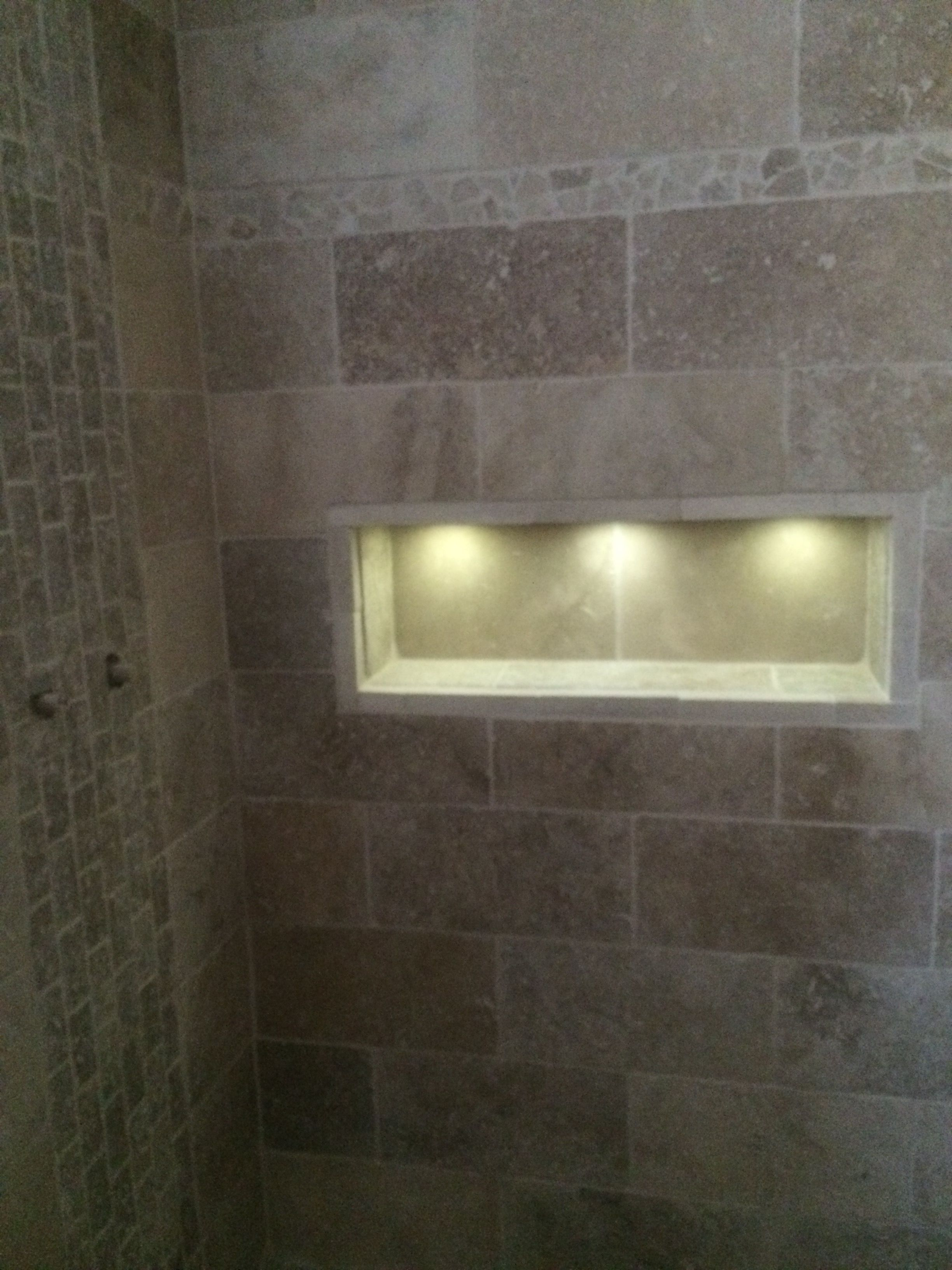 salle de bain travertin douche italienne niche spots maison salle de bain travertin salle. Black Bedroom Furniture Sets. Home Design Ideas