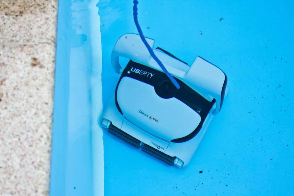 Dieser Alleskönner reinigt den Pool fachmännisch und ohne Eingriff von außen.