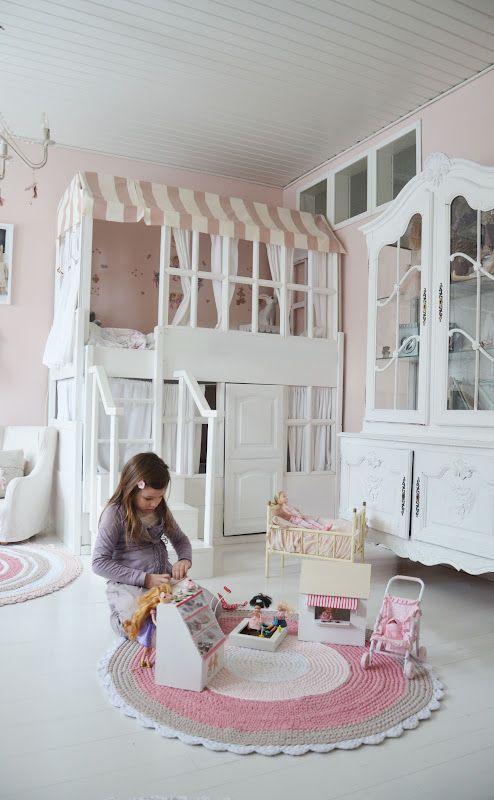 Véritable chambre de poupée pour une petite fille comblée ! Rose pale, blanc et moulures. #kids #bedroom