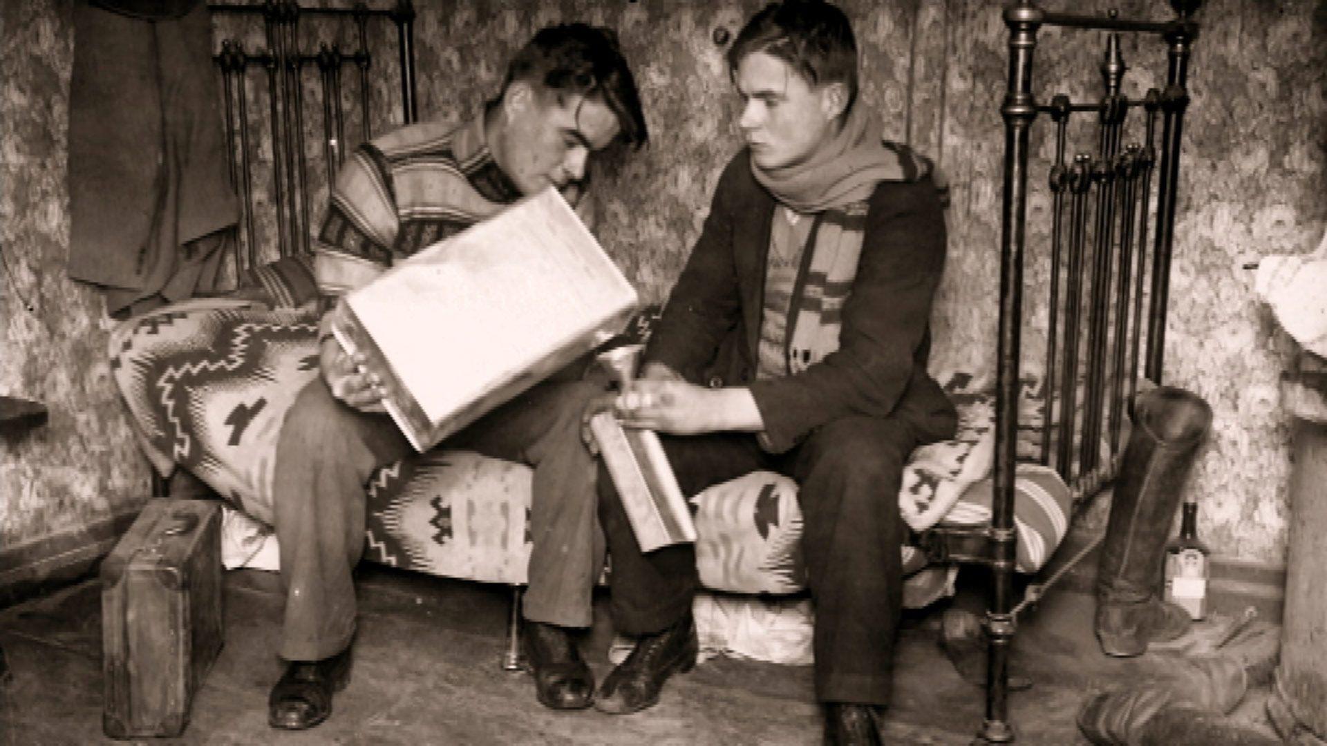 Kaksi miestä ja pirtukanisteri. Kuva: Rikosmuseo. Käyttöoikeus vain tämän artikkelin yhteydessä.