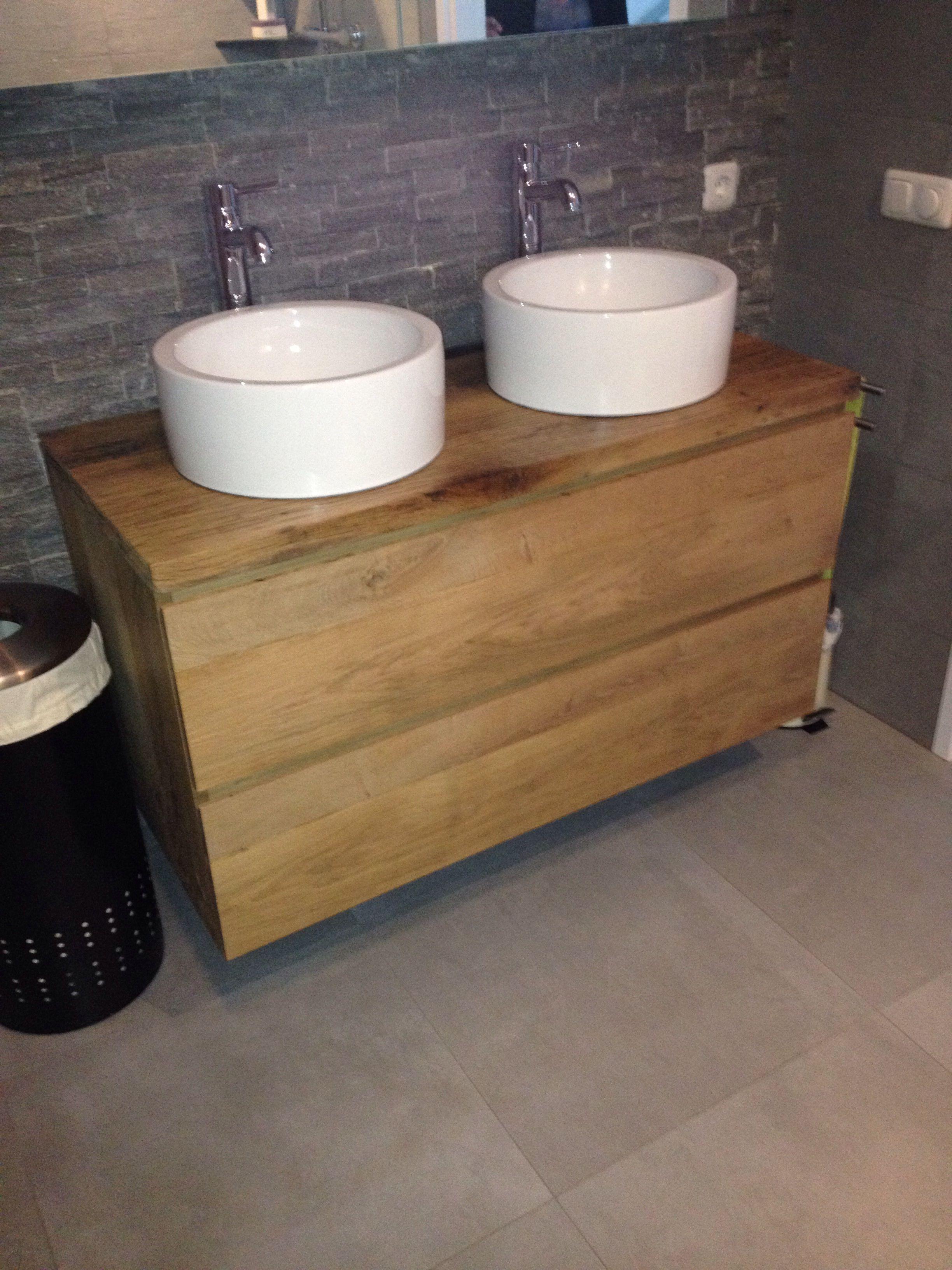 een badkamermeubel van massief eiken met een wagondelen bovenblad