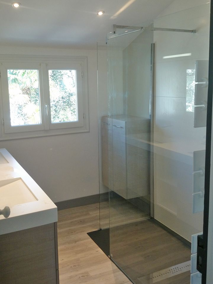 Un espace optimisé et une petite salle de bains design et très