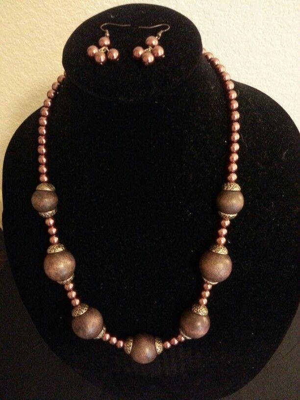 bc66dff6e3f4 Este collar de perlas café y bolas de madera con bronce largo y aretes para  toda época