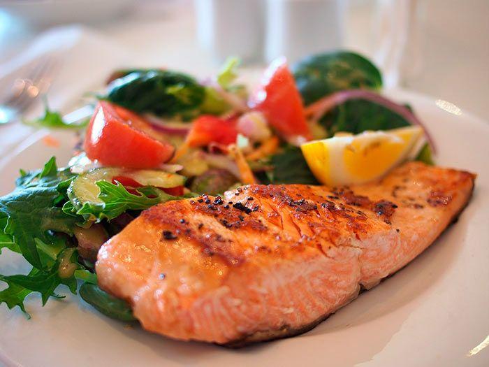 Salmón a la plancha acompañado con ensalada de rúcula - Soctouch | Almuerzos saludables, Ensalada baja en calorías, Alimentacion saludable