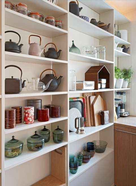 OPEN SHELVES AND HIDDEN LIGHTING: Shelf section runs from short wall to short wall.  A four-meter xenon lighting strip is mounted on top of the uppermost shelf base and supplies the kitchen with indirect lighting.
