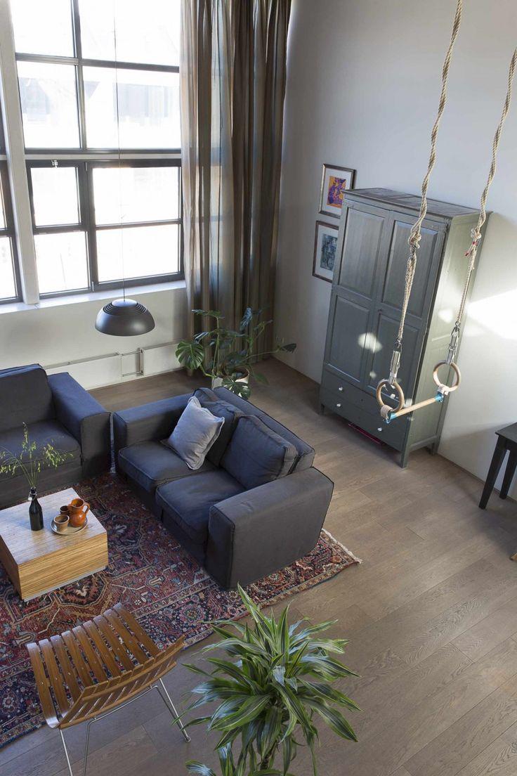 Woonkamer met grijze banken, rekstok en een grijze kast | Living ...