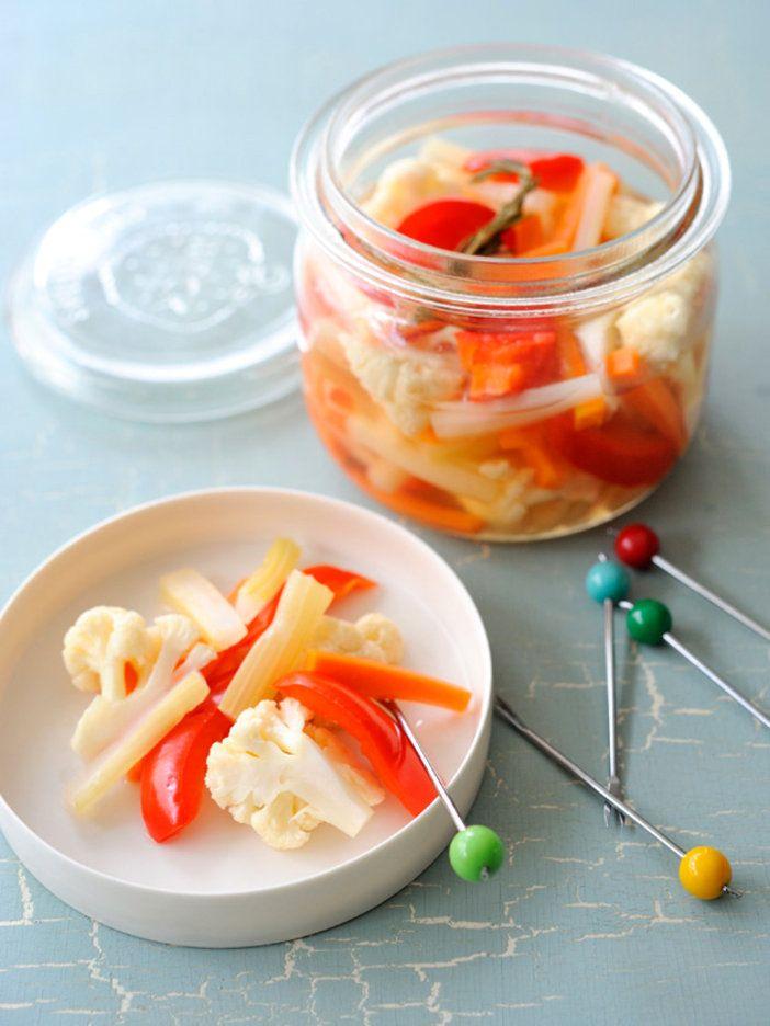セロリーやカリフラワーなど歯ごたえのある野菜を甘酢で漬けた、スナック感覚で食べられるピクルス 『ELLE a table』はおしゃれで簡単なレシピが満載!