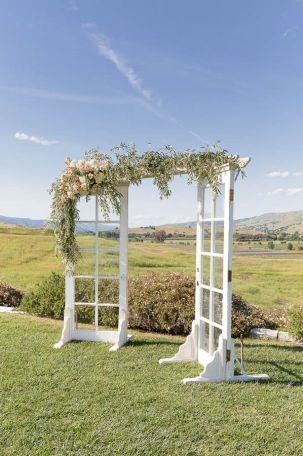 10 Rustic Old Door Wedding Decor Ideas To Make Your Outdoor Country Weddings  Unforgettable // [theendearingdesig.