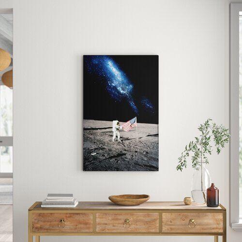 East Urban Home Leinwandbild Astronaut und die amerikanische Flagge auf dem Mond | Wayfair.de