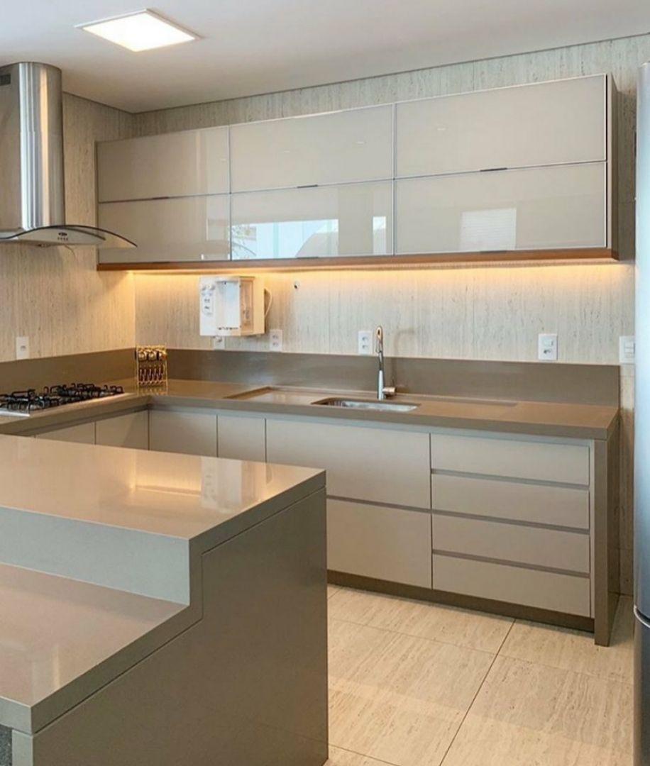 Cozinha Connect Com Armarios Superiores Com Portas Em Vidro Bege