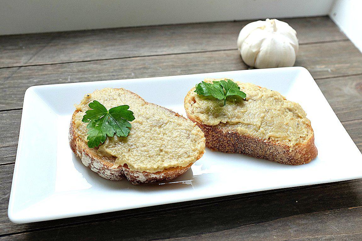 Optisch nicht unbedingt der Hingucker, aber geschmacklich ist das Rezept eine Sensation: Auberginen-Kaviar mit Knoblauch und Zitrone.