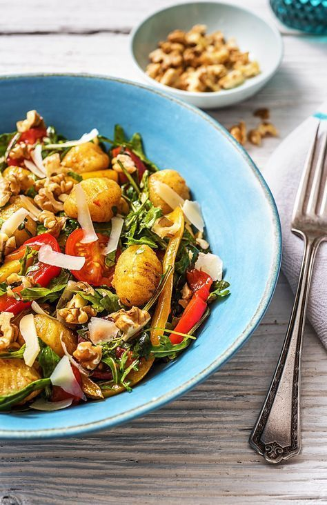 Bunter Gnocchisalat mit Kirschtomaten, Rucola, Paprika und Walnüssen #walnutsnutrition