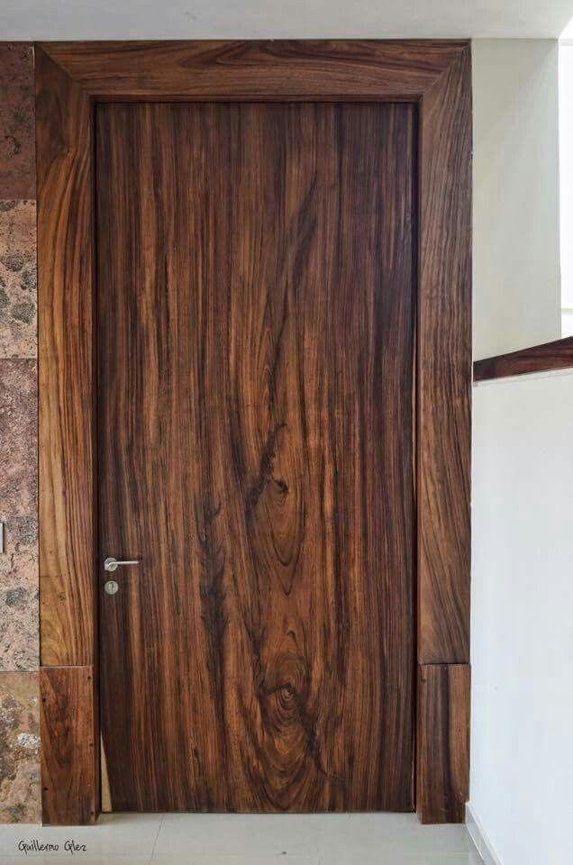 Producto arquitect nico puerta en una pieza de madera for Puertas para piezas