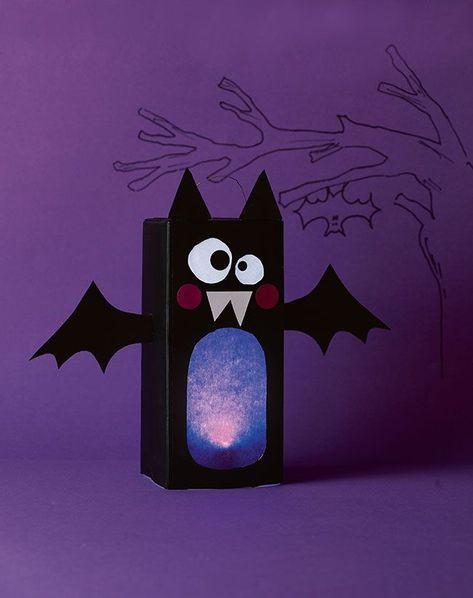 Ob als Deko für Halloween oder Laterne am Martinstag - die schaurig-putzige Fledermaus ist immer ein leuchtender Hingucker! Wir zeigen dir, wie du diese tolle Laterne mit der Anleitung von Pia Deges selber basteln kannst! #halloweendekobasteln