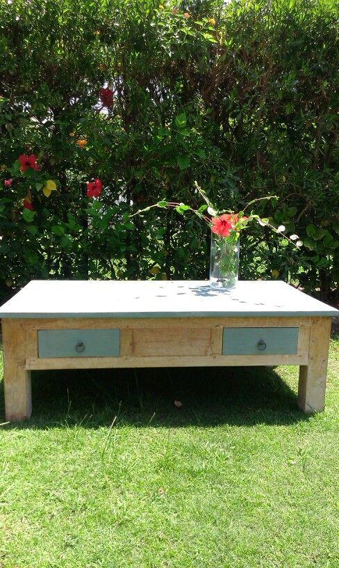 Una antigua mesa de pino lavado y cambia de imagen, con dos capas de ...