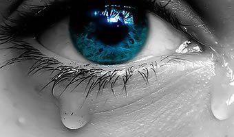 Não tenteis a louca empresa de aniquilar o sentimento, espíritos áridos que infundadamente o temeis, como coisa desconhecida à vossa alma seca e estéril. Quem deveras confia nos destinos da humanidade não tem medo das lágrimas. Pode-se triunfar, com elas nos olhos.