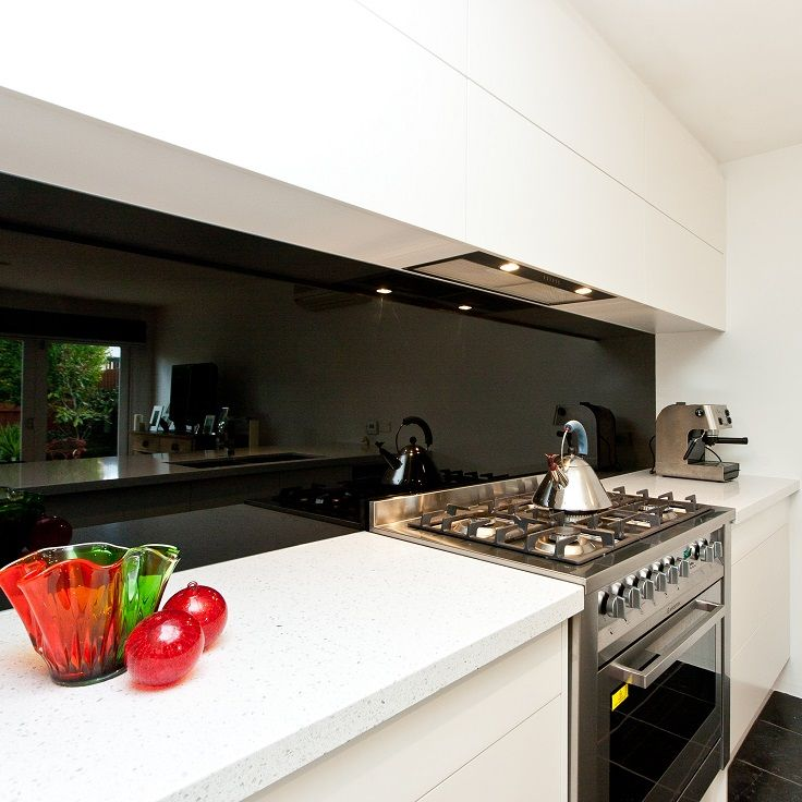The Boldness Of A Black Glass Splashback With Beautiful White