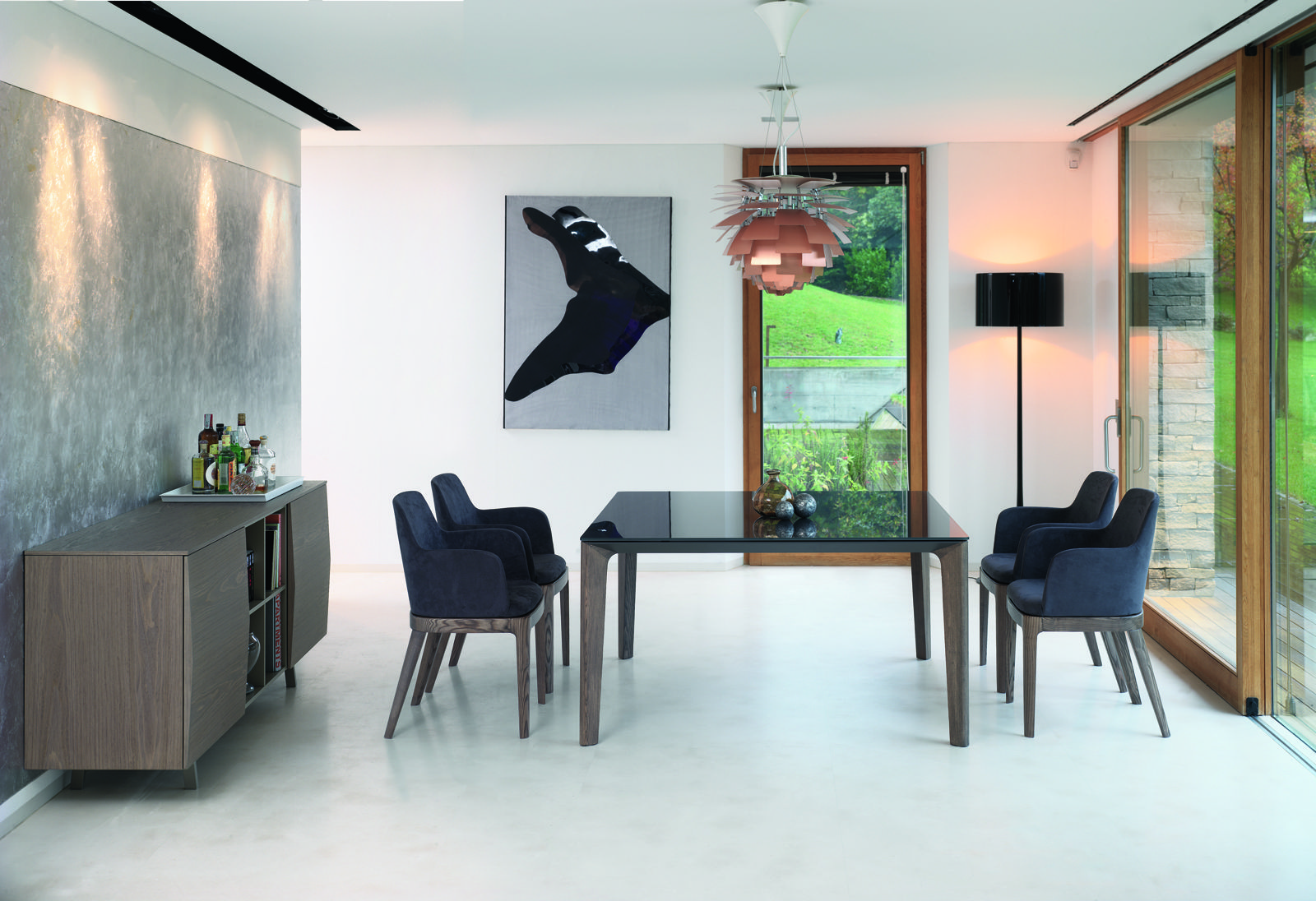 ISTANTE CLASSICO... La tradizione incontra la modernità, il dettaglio artigianale della gamba in legno, il sinuoso piano in cristallo si abbinano al comfort della poltroncina.