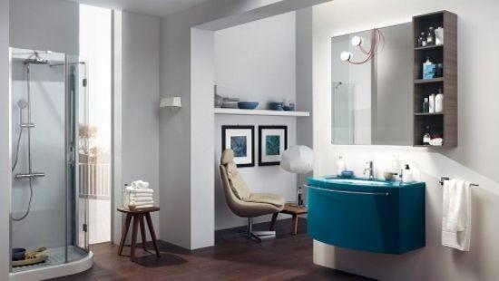 Typische Elemente für das moderne Badezimmer mit wohnlichem