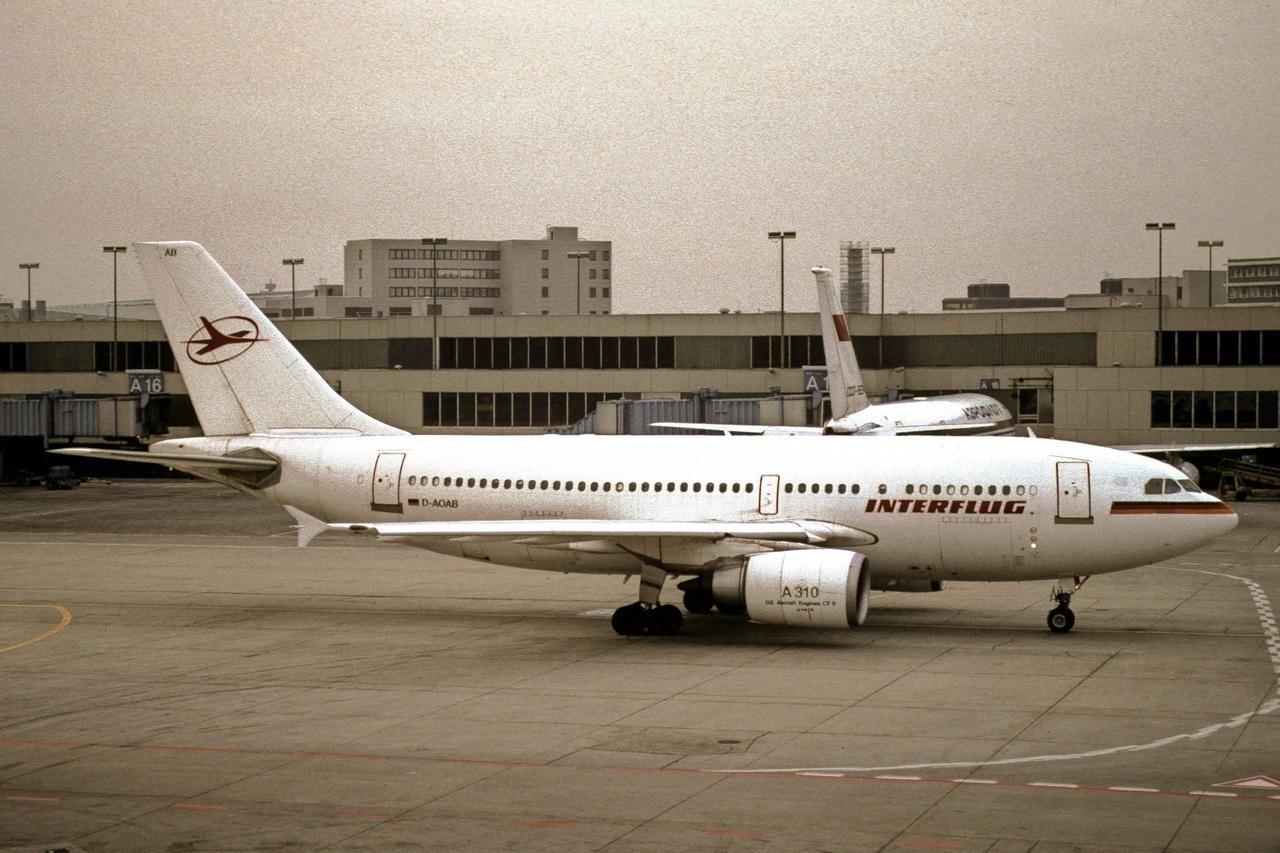 TUIfly; Im Zug zum Flug DATUE; Boeing B737800