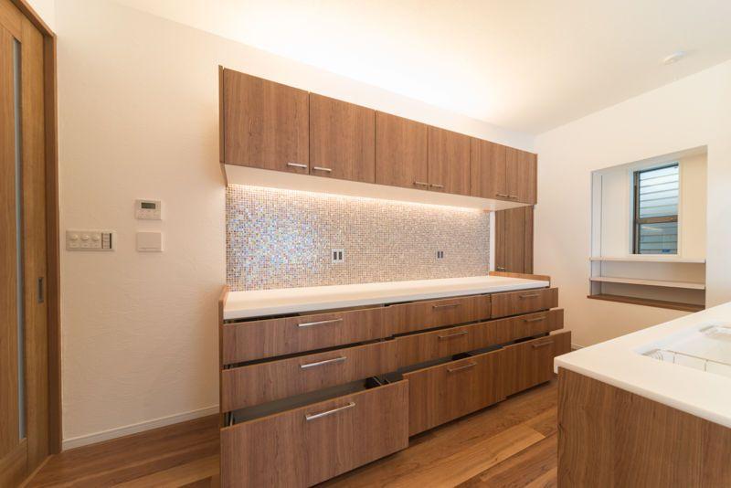 床から浮いたキッチンと表情豊かなモザイクタイルのzinnia3 ジニア3 キッチン リビング キッチン カップボード