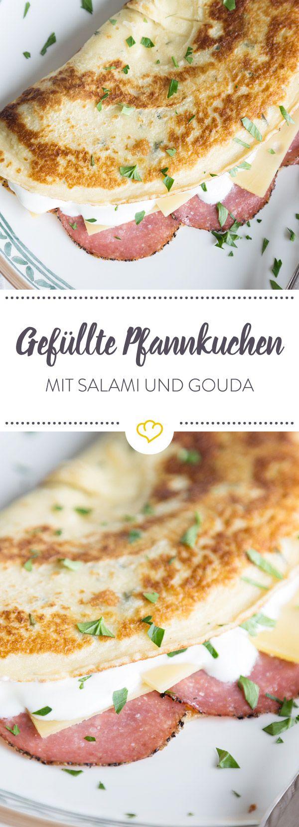 Gefüllte Pfannkuchen mit Salami und Käse