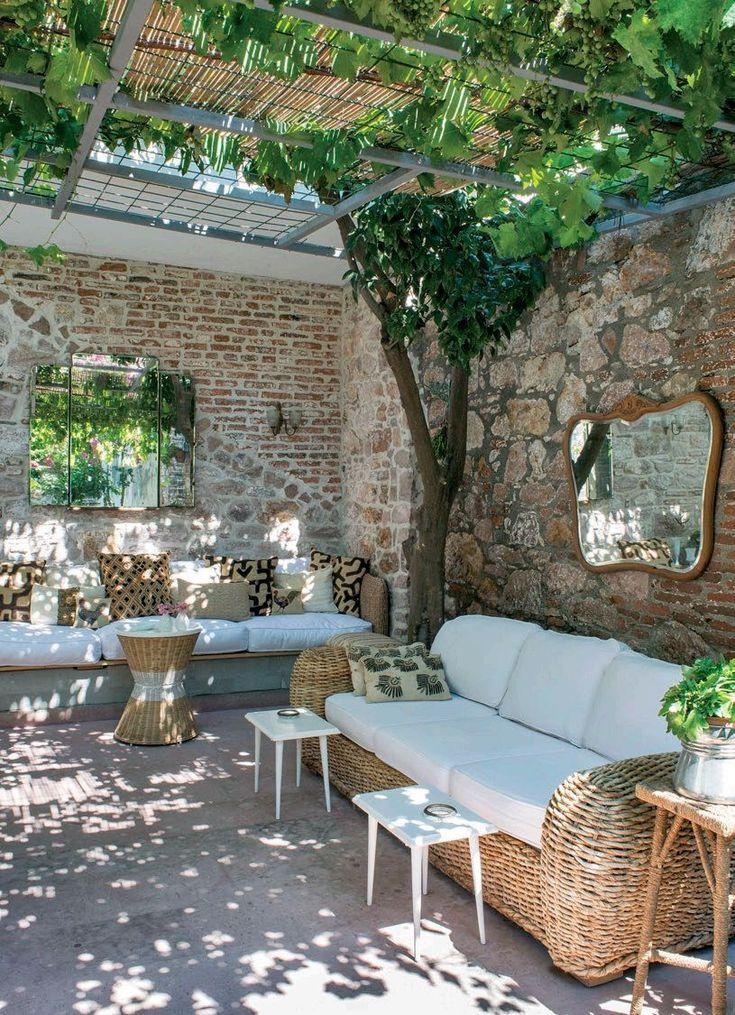 Innenhof mit Pergola aus Segeltuch, Bambus und Reben für gefiltertes Licht ...