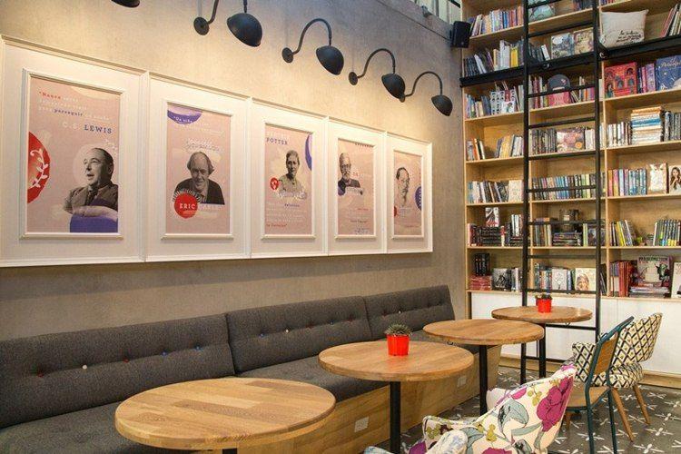 Café Mit Buchladen - Sitzbereich Mit Bildern Berühmter Autoren