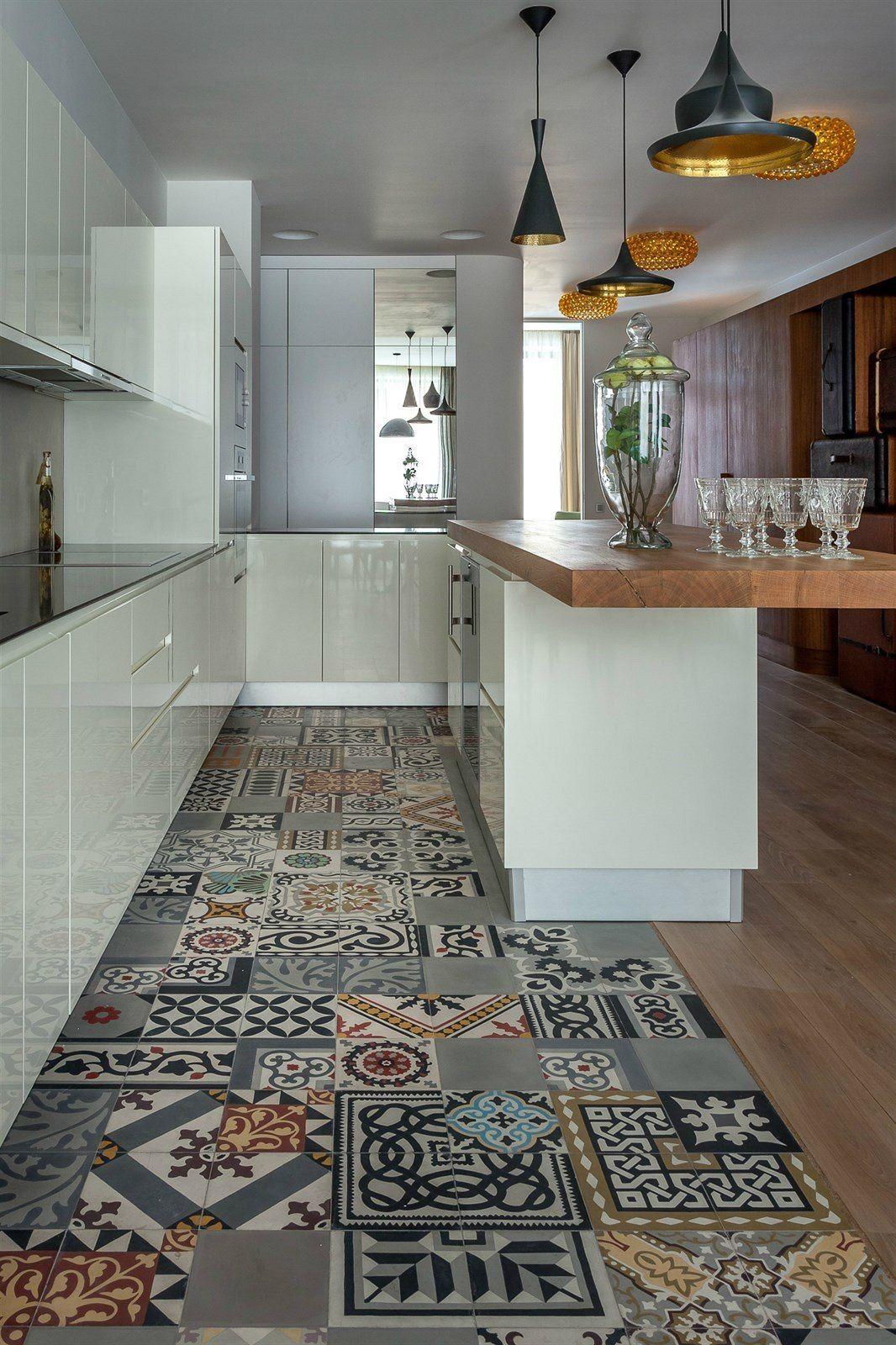 Stylová a originální dlažba je i před kuchyňskou linkou.