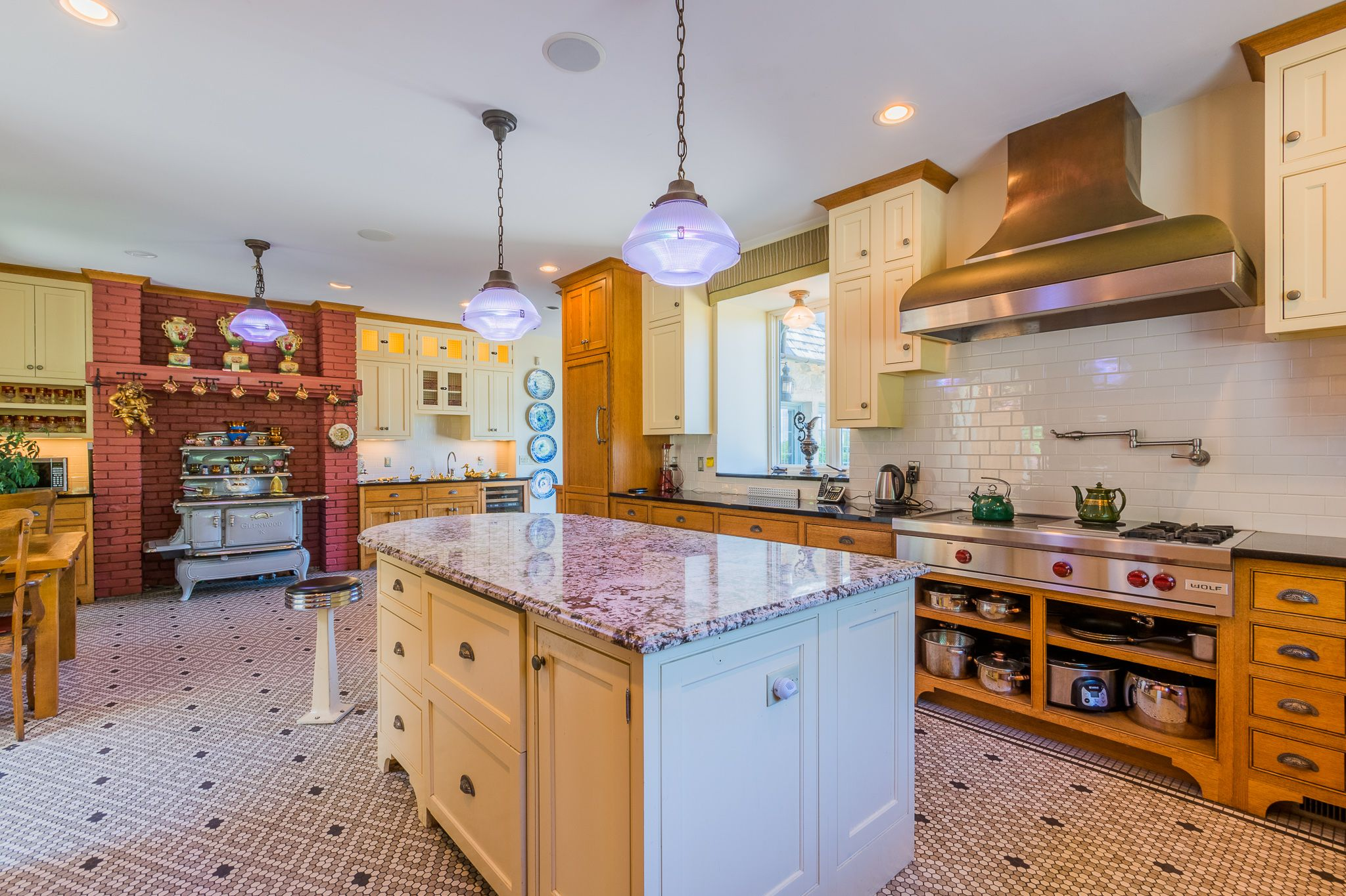 Extravagant Cozy And Modern Built Kitchen While Maintaining A Classy Aesthetic Www Buyexecutive Com Lis Brick Interior Brick Interior Wall The Hamptons