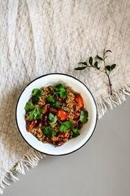 4 3 dl kvinoaa 6 dl vettä 1 rkl kasvis-/vasikanfondia, 20 kirsikkatomaattia 2 dl manteleita 1 rkl öljyä ripaus suolaa kourallinen persiljaa.  Huuhdo kvinoa huolellisesti siivilässä. Kaada se kattilaan ja paahda hetki anna ylimääräisen vesi haihtua. Lisää vesi + fondi. Pilko tomaatit. Keitä kvinoaa miedolla lämmöllä kannen alla 15-20 minuuttia. Lisää tomaatit puolessavälissä keittoaikaa. Paahda manteleita kuumalla pannulla öljyssä muutama m