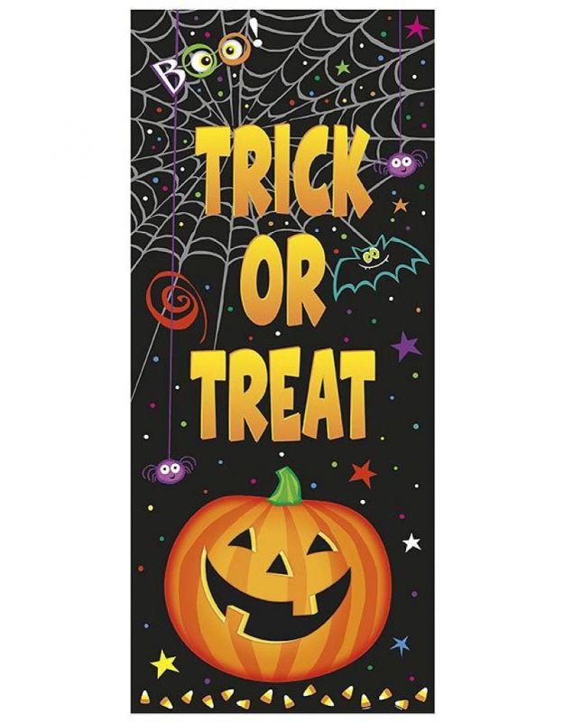 Gave deurposter met de tekst 'Trick or Treat'. De deurposter is van plastic en kan dus aan de buitenkant van de deur gehangen worden. Hij is 68,5 cm bij 152 cm.