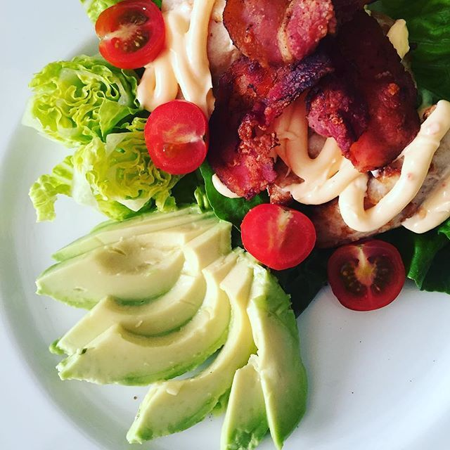 Vanvittig nem og hurtig aftensmad : kæmpe spinat salat med citron og olivenolie - et kyllingebryst, et par skiver bacon, chili mayo og en halv avocado 🍀🍅🍗 kyllingen var stegt, så det tog ca 2,5 minut 😋  Easy dinner from lefties: salad, chicken, chili mayo and an avocado 🍀🍅🍗 #simpelsundhed #health #dinner #workwork #realfood #fit #fitfam #fitfamdk #lovemyjob #nutritionist #fitnessworlddk #regitzeskøkken