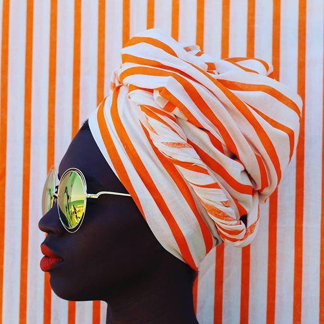 """Quando se mudou de Salvador para São Paulo, para trabalhar como modelo aos 18 anos, Luana Nascimento (@loo_ana) trouxe na bagagem sua paixão pela moda e pelas estampas. Colecionava tecidos interessantes que encontrava ao acaso para depois criar lenços, turbantes e roupas. """"Daí veio a inspiração para garimpar estampas nacionais que tivessem uma estética próxima dos padrões africanos,"""" diz. Hoje, Luana é a responsável pelo @dresscoracao, um projeto de referências de comportamento e estilo que…"""