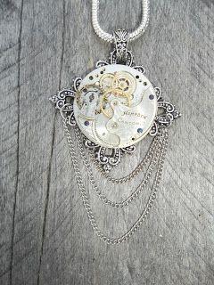 Cadena elaborada con piezas de relojes viejos.
