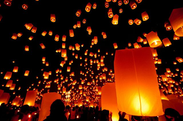 Thai Lanterns | Some of the estimated 10,000 floating lanter… | Flickr