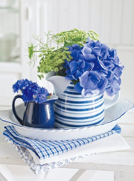 Arrange your choice of Blumenl - here Cornflower, Hydrangea, cartilage carrot and Nigella - but for a change in a matching pitcher or jug place in a vase.