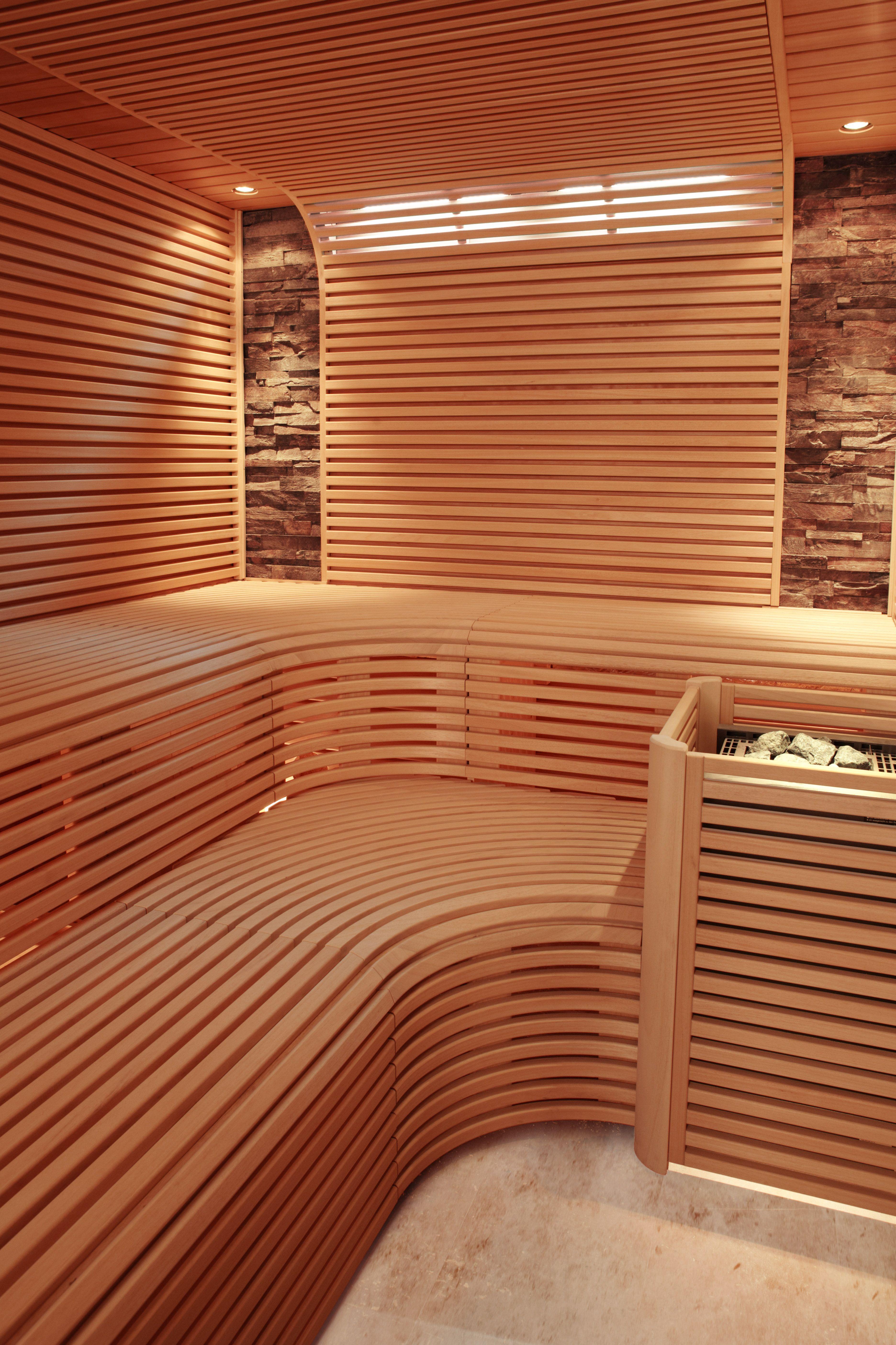 Sauna mit schmalen leisten und zwei steinstreifen an der wand erdmann sauna erdmannsaunabau - Sauna architektur ...