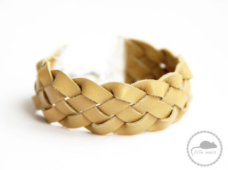 Das Armband ist aus fünf selfgelben Ledersträngen geflochten. An den Enden wird das Band von zwei Metallklammern zusammengehalten. Die Länge ist du...