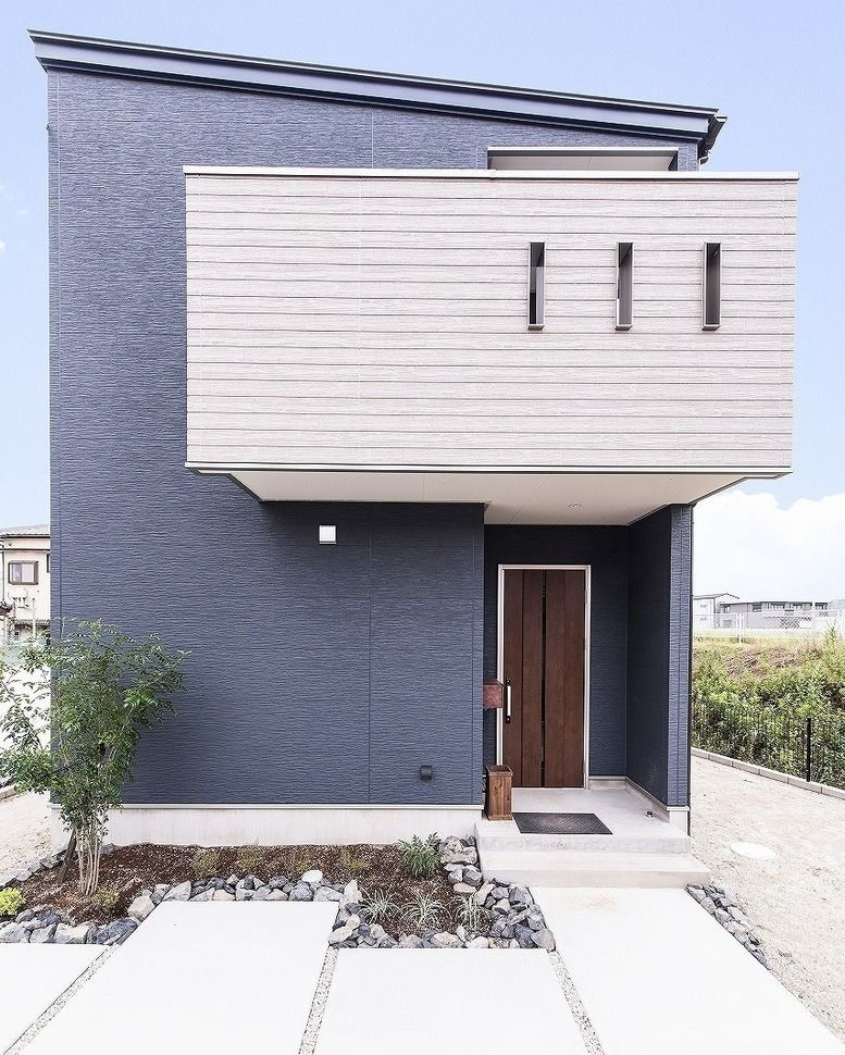 カナルホーム On Instagram ブルーグレー色の外壁をメインにホワイトの木目をアクセントで用いたシンプルモダンの実例になります 家 外観 グレー 家 外観 シンプルモダン