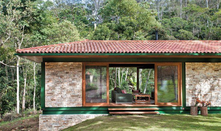 Fachada de casa de campo com pintura verde e detalhe em for Fachada casa campo