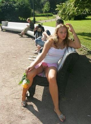 Фото девушек в плаще без трусиков фалосы огромные