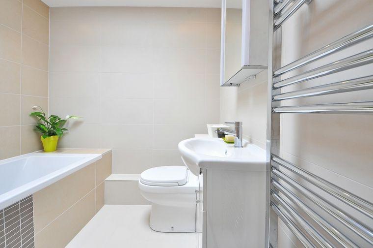 Come arredare bagni piccolo vasca piccola rivestita di piastrelle