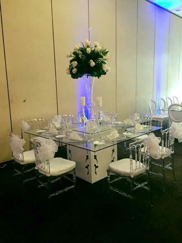 Montaje de mesas para boda cristal con acr lico centros - Mesas de cristal para bodas ...