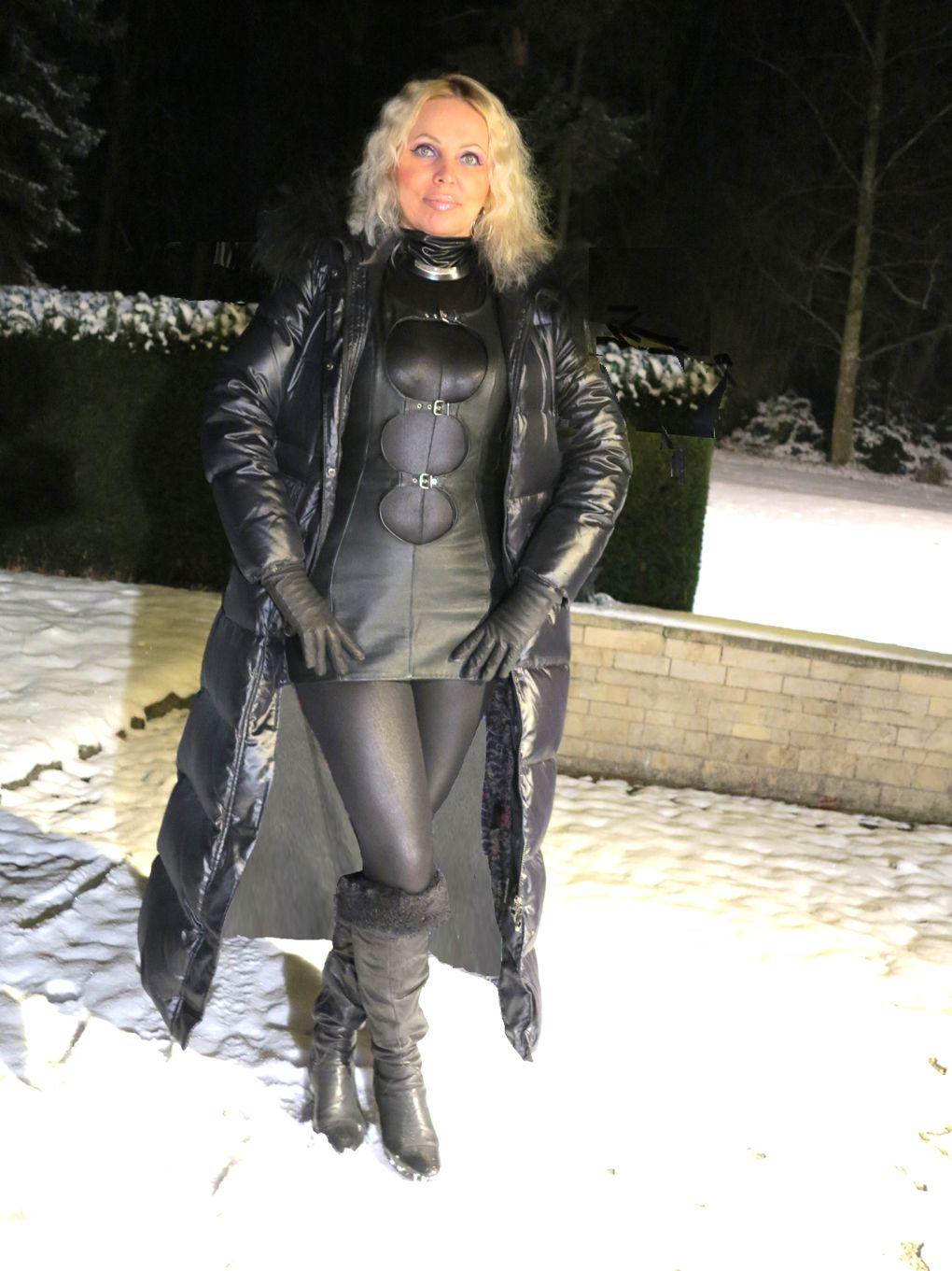 LOREXA Challenging Mannequin LOREXINA im Lederminikeid im