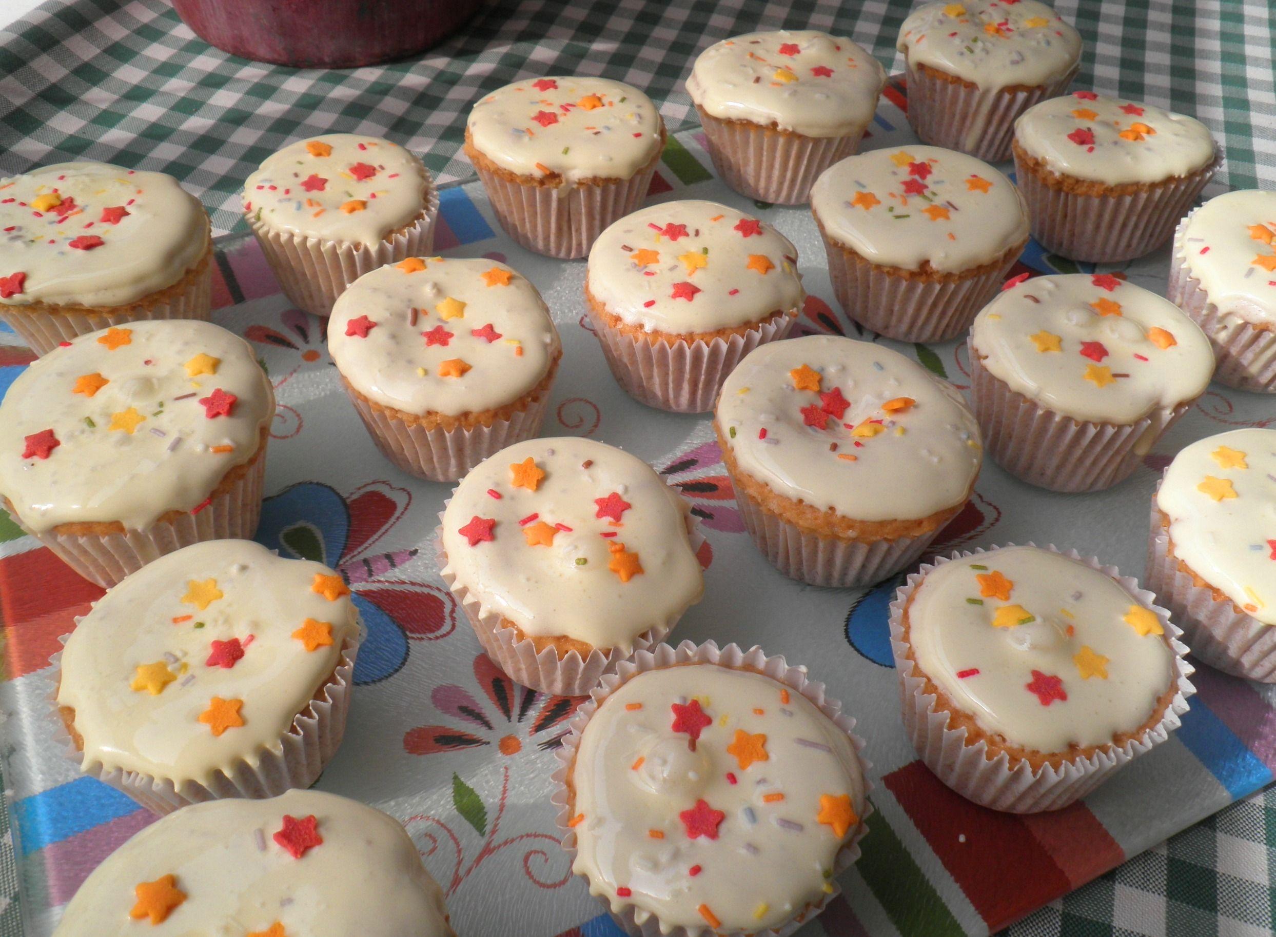 Cupcakes de limón con corazón de frambuesa y glasa real