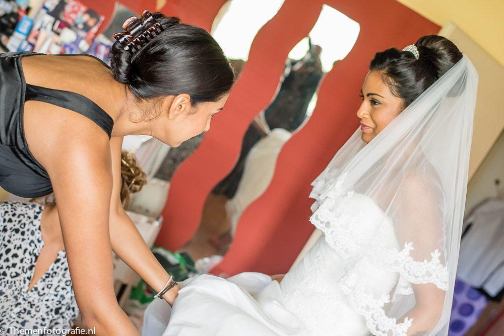 Bruid maakt zich klaar aankleden opmaken