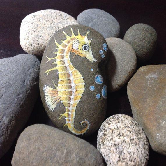 hand painted yellow seahorse beach stone rocks pinterest galets cailloux et peinture sur. Black Bedroom Furniture Sets. Home Design Ideas